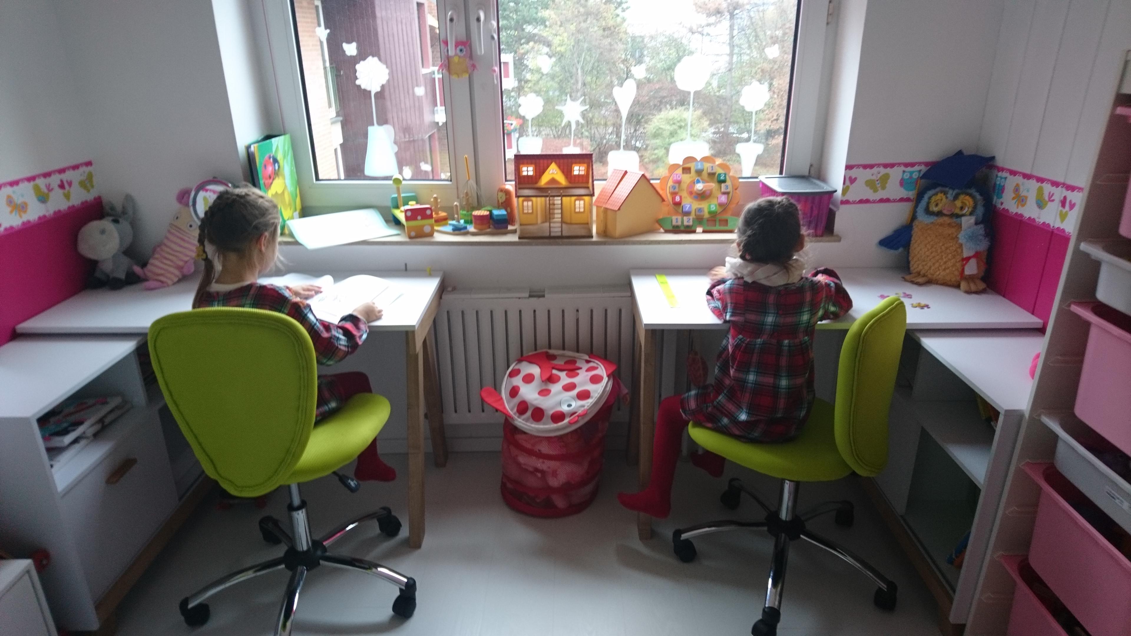 Die Zwillinge bekamen für die Vorschule ihre ersten Schreibtische + ...